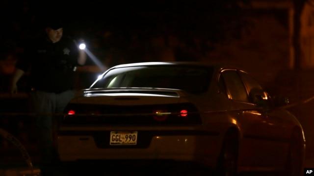 Un oficial revisa un vehículo tras uno de los tiroteos la noche del miércoles