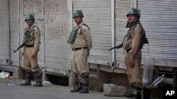 Pasukan keamanan India menerapkan jam malam di Srinagar, ibukota Kashmir-India hari pasca protes rusuh selama tiga hari, Selasa (12/7).