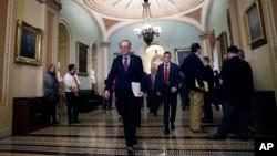 چاک شومر رهبر اقلیت دموکرات های سنا در خارج از جلسات کمیته، در راهروی کنگره.