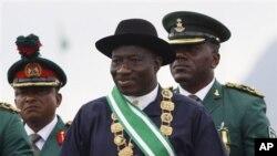 尼日利亚新总统检阅仪仗队
