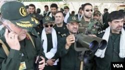 Pasukan Pengawal Revolusi Iran dan komandan pasukan, Mohammad Ali Jafari (tengah).