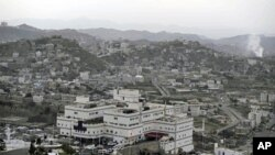 Smoke arises from the site of a bombing and violence according to witnesses in the west of the southern city of Taiz, December 5, 2011