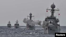 Kapal angkatan laut Korea Selatan ambil bagian dalam latihan militer untuk kemungkinan serangan dari Korea Utara di perairan Laut Timur, Korea Selatan, 5 September 2017.