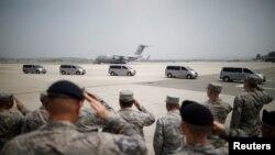 سربازان ایالات متحده حین ادای احترام به برگشت بقایای ۵۵ سرباز امریکایی که بین سال های ۱۹۵۰ تا ۱۹۵۳ در جنگ کوریا کشته شدند