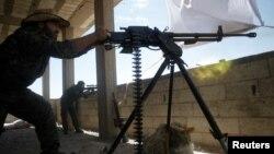 یک جنگجوی کرد که در قالب «نیروهای دموکراتیک سوریه» برای بازپس گیری شهر رقه تلاش می کند.