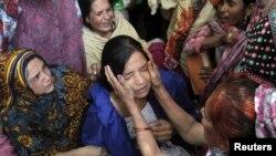 Các thành viên gia đình an ủi một phụ nữ có người thân thiệt mạng trong vụ nổ bom tự sát ở Lahore, ngày 27/3/2016.