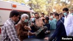 3月19日,医护人员和当地居民在转移一名据称在阿勒颇的化学攻击中受伤的叙利亚军士兵