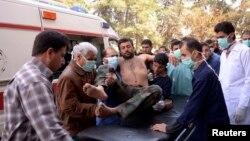 Warga dan petugas medis menolong seorang tentara Suriah yang menjadi korban serangan di dekat Allepo, Suriah utara hari Selasa (19/3).