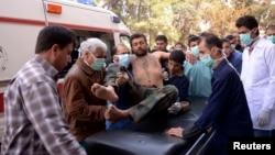 Cư dân và nhân viên y tế đưa một binh sĩ của quân đội Syria tự do bị thương trong một vụ mà họ gọi là tấn công bằng vũ khí hóa học gần Aleppo, ngày 19/3/2013.