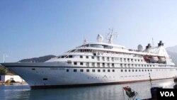 Kapal pesiar Seabourn Legend dengan membawa sekitar 200 wisatawan mancanegara mengunjungi kota Surabaya (27/2).