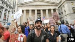New Yorklular Wall Street'te Gösteri Düzenledi