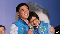 当选连任的郝龙斌和夫人胜利的喜悦