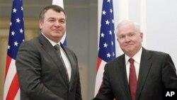 부정 사건으로 해임된 아나톨리 세르듀코프 전 러시아 국방장관(왼쪽).
