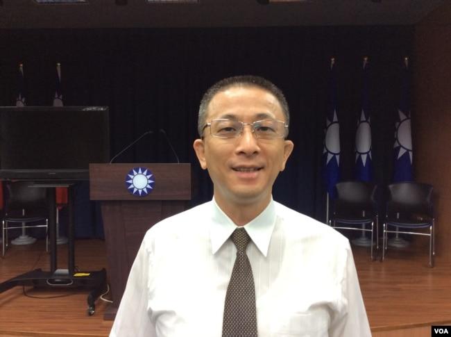 台湾中国国民党文传会副主委胡文琦2017年6月26日接受美国之音采访 (美国之音记者申华 拍摄)