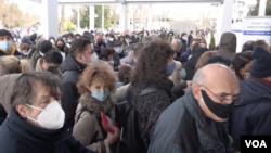 Na početku vakcinacije redovi ispred Beogradskog sajma bili su ogromni (Foto: VOA)