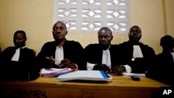 Des avocats de la défense suivent les témoignages des victimes de viol contre leurs clients pendant un procès pour viol de masse dans la ville de Baraka, RD Congo,mercredi le 16 février 2011. (AP Photo / Pete Muller)