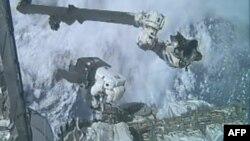 Phi hành gia Ronald Garan Jr. đang làm việc bên ngoài Trạm Không gian Quốc tế cùng với Phi hành gia Michael Fossum