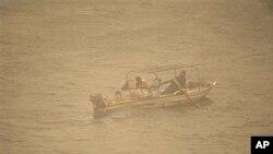 Mvuvi akiwa katika mashua yake kwenye mto Nile nchini Misri.