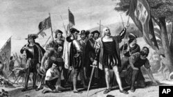 历史油画显示1492年10月12日哥伦布和他的水手们满怀胜利表情地站在巴哈马群岛的圣萨尔瓦多岛。