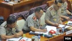 Kapolri Jenderal Polisi Tito Karnavian (tengah) menjelaskan rencana makar yang akan dilakukan oleh 11 orang tersangka dalam rapat kerja dengan Komisi III bidang Hukum DPR RI, Senin 5/12. (Fathiyah Wardah/VOA)