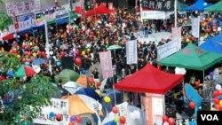 香港反國民教育人士星期六下午的集會主題是「家庭日」,大會在廣場內佈置很多不同顏色的氣球,寓意大家追尋天賦的思想自由空間。