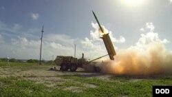 미 국방부가 지난 2015년 11월 웨이크 섬에서 실시한 사드(THAAD) 시험발사 사진을 공개했다. 발사관에서 요격미사일이 발사되고 있다.