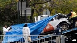 پولیس موتر لاری کوچک را که راننده بااستفاده از آن افراد را در منهتن زیر گرفت، از محل رویداد دور کرد.
