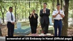 Đại sứ Mỹ Kritenbrink thăm nghĩa trang tử sĩ VNCH (nghĩa trang Bình An) ở Bình Dương, 21/6/2020
