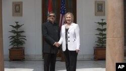 美国国务卿克林顿(右)7月19日在新德里与印度外长克里希纳举行美印战略对话