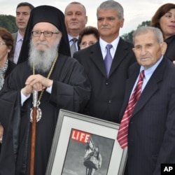 ο Αρχιεπίσκοπος Δημήτριος με τον 97χρονο τιμηθέντα Παναγιώτη Σακελάρη