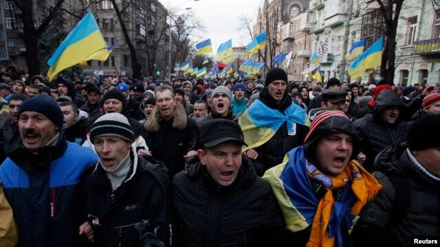 Các cuộc biểu tình bùng ra ở Ukraina khi cựu Tổng thống Yanukovych từ chối một thỏa thuận thương mại với Liên Hiệp Châu Âu để nhận lấy sự giúp đỡ của Nga.