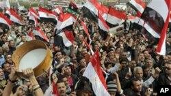 ကိုင္ရိုၿမိဳ႕ Tahrir လြတ္ေျမာက္ေရးရင္ျပင္မွာ စုေ၀းဆႏၵျပေနၾကသည့္ အီဂ်စ္ႏိုင္ငံသားမ်ား (ေဖေဖာ္၀ါရီလ ၂၅၊ ၂၀၁၁)
