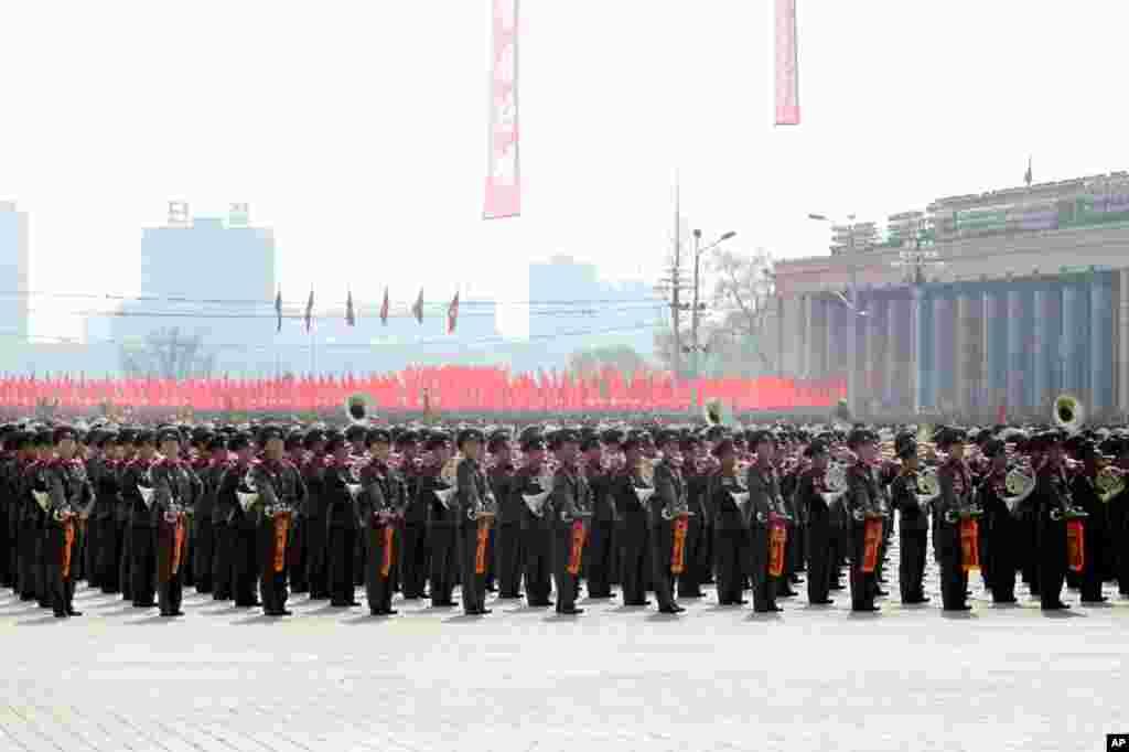 Ban nhạc kèn đồng chơi nhạc quân hành tại cuộc diễn binh ở quảng trường Kim Il Sung, Bình Nhưỡng.(Hình: Sungwon Baik/VOA)