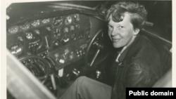 Phi công Amelia Earhart trong buồng lái của phi cơ