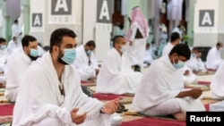 Para jemaah Haji melakukan ibadah di Masjid Namira di Arafah, Arab Saudi pada musim haji tahun lalu (foto: dok).