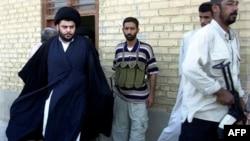 Iraklı radikal Şii lider Muktada el-Sadr bürosundan çıkarken