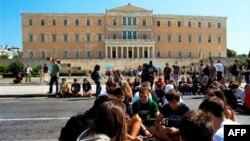 Học sinh ngồi chặn đại lộ chính bên ngoài quốc hội Hy Lạp, trong khi công đoàn và các nhóm khác gia tăng biểu tình phản đối chính phủ, và các biện pháp kiệm ước