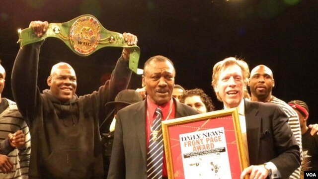 Penganugerahan 'Daily News Front Page Award' 2011 dari New York Daily kepada Joe Frazier (foto: dok).