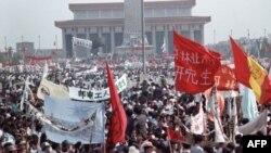 Hàng trăm ngàn người Trung Quốc, phần lớn là sinh viên học sinh, biểu tình đòi dân chủ ở Quảng trường Thiên an môn ở Bắc Kinh, 17/05/1989