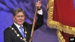 吉爾吉斯斯坦當選總統阿坦巴耶夫在首都比什凱克宣誓就職