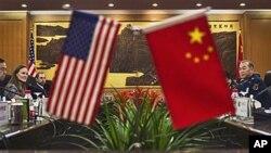美国国防部副部长米歇尔·弗卢努瓦12月7日在北京与中国人民解放军副总参谋长马晓天举行会谈