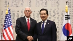 Wapres AS Mike Pence (kiri) bersama Ketua Parlemen Korsel Chung Sye-kyun di Seoul, Korea Selatan, 17 April 2017 (AP Photo/Lee Jin-man)
