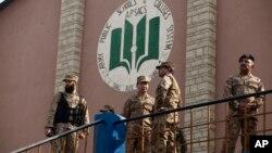 آرمی پبلکن اسکول پشاور پر حملے کے بعد فوجی اہلکار اسکول کے اندر موجود ہیں (فائل فوٹو)