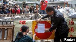 Autoridades colocan un aviso de desalojo en una calle del distrito financiero de Hong Kong.