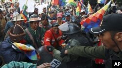 Indígenas de la región de Mallku Kota chocan con la policía durante una protesta en La Paz, Bolivia.