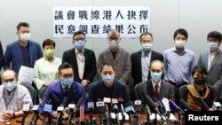 香港民意研究所2020年9月29日公布有关民主派议员去留议会的民意调查(路透社)