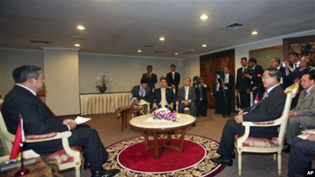 From left, Indonesia's President Susilo Bambang Yudhoyono, Cambodian Prime Minister Hun Sen, right, and Thai Prime Minister Abhisit Vejjajiva , center, sit during a trilateral meeting in Jakarta, Indonesia, May 8, 2011.
