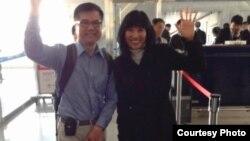 骆家辉大使和夫人MONA在机场向送行者招手致意 (图片取自网络)