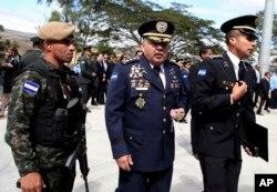 El nuevo jefe de la Policía Nacional de Honduras, José David Aguilar Morán (centro) después de la ceremonia de transferencia del comando. Tegucigalpa, enero 15, 2018.