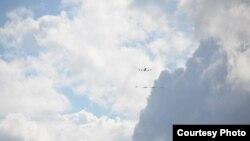 Máy bay phản lực chở dầu để tiếp nhiên liệu KC135 và hai máy bay chiến đấu A-10 Warthog sát cánh cùng một cặp máy bay chiến đấu Eurofighter Typhoon FGR4 của Không quân Hoàng gia Anh bay tuần trên khu vực Tallin của Estonia.